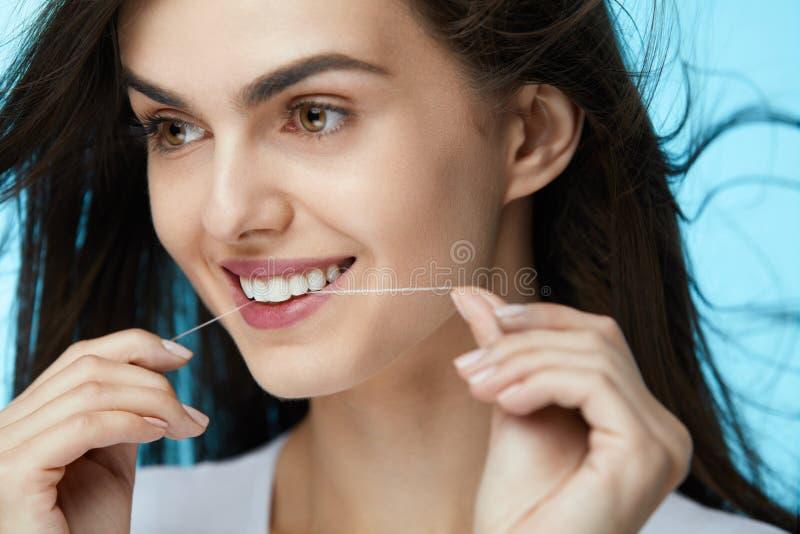 牙齿保护 美丽的妇女清洁牙齿的牙 免版税图库摄影