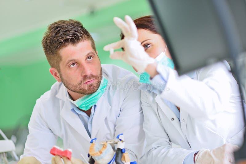 牙齿假肢,假牙,弭补科工作 弭补科手,当工作在假牙时 库存照片