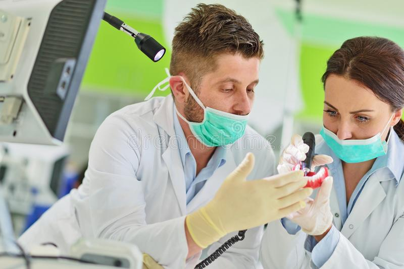 牙齿假肢,假牙,弭补科工作 弭补科手,当工作在假牙时 库存图片