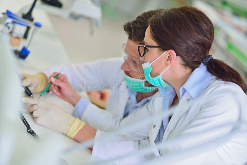 牙齿假肢,假牙,弭补科工作 弭补科手,当工作在假牙时 图库摄影