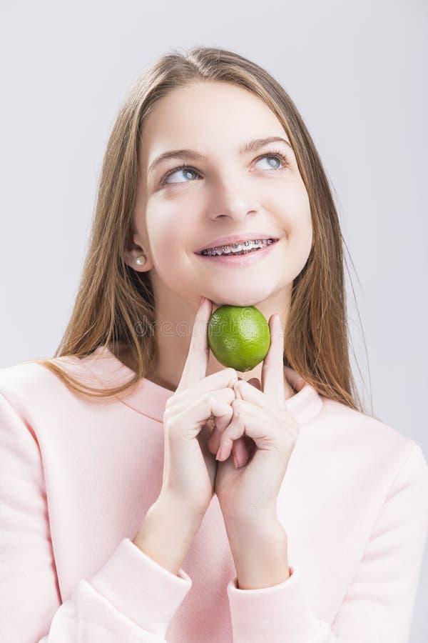 牙齿健康想法和概念 特写镜头画象白种人青少年 免版税图库摄影