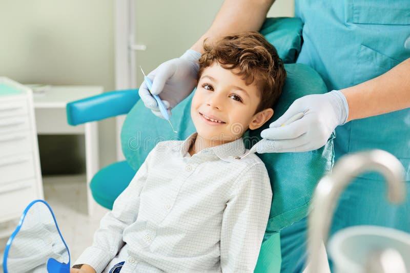 牙齿办公室微笑的儿童男孩 免版税库存图片