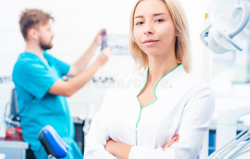 牙齿医生在stomathology办公室 免版税库存图片