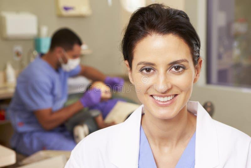 牙齿护士画象牙医手术的 免版税库存图片