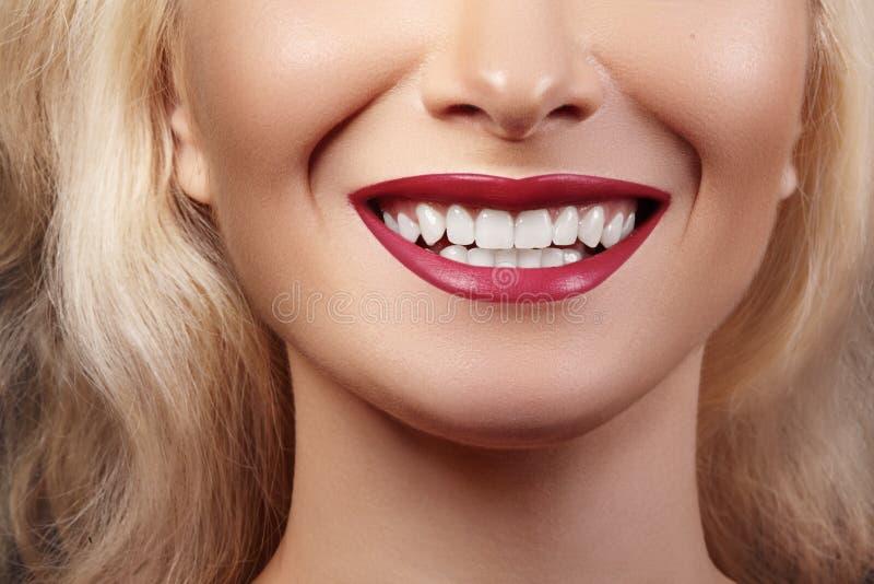 牙齿秀丽 完善的白色牙美好的宏指令  性感的时尚嘴唇红色构成 漂白牙,健康治疗 免版税库存照片