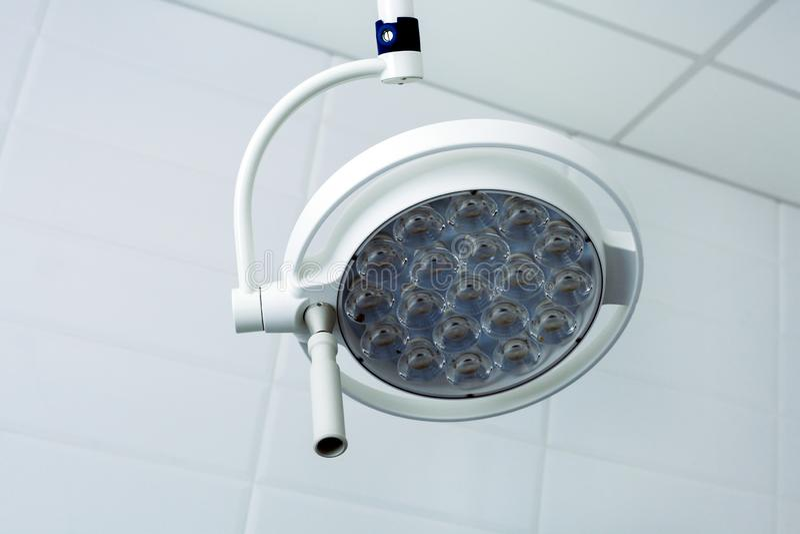 牙齿诊所光灯具反光板用具带领了设备白色背景 库存图片