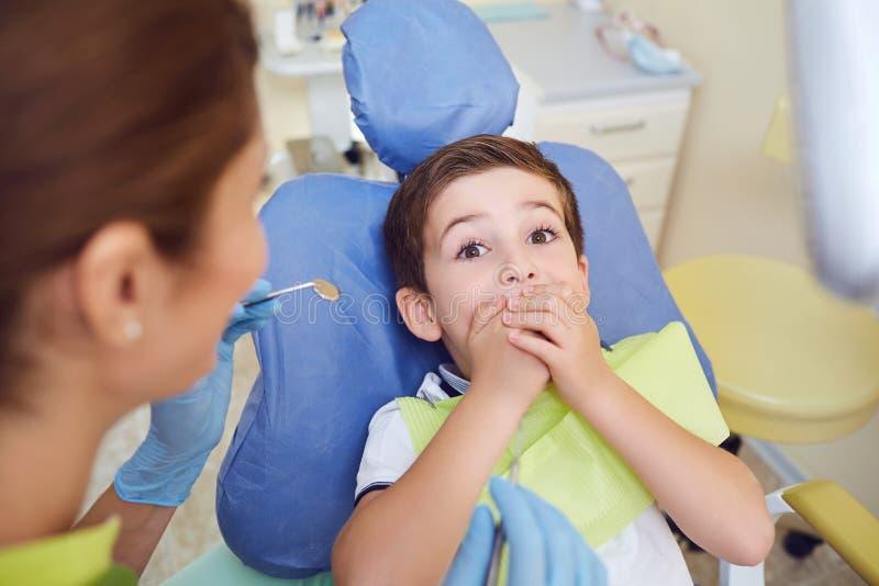 牙齿诊所的受惊的小孩男孩 库存图片