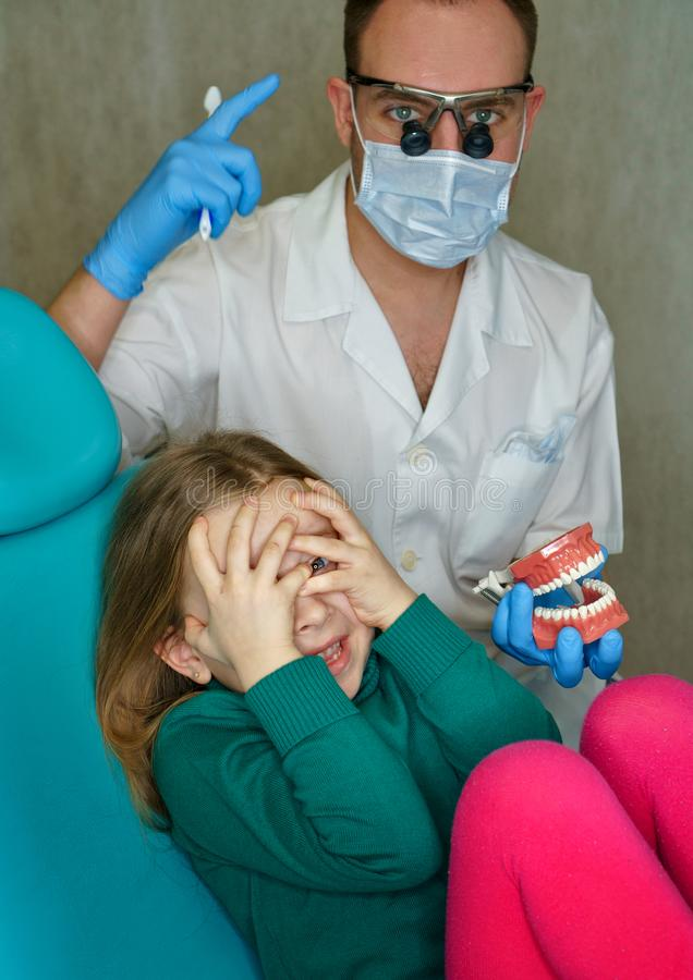 牙齿诊所的小女孩 免版税库存照片