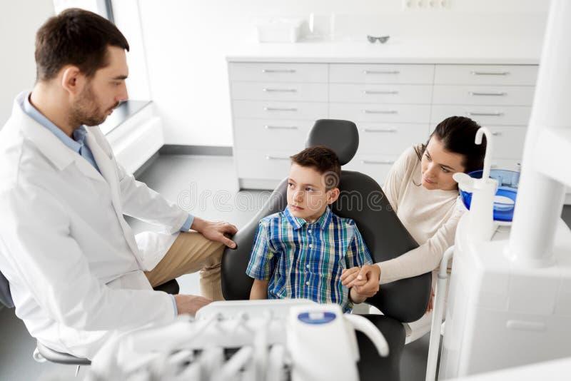 牙齿诊所的母亲和儿子参观的牙医 免版税图库摄影