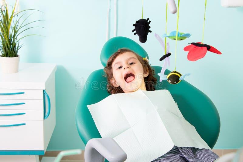 牙齿诊所的逗人喜爱的小女孩 免版税库存图片