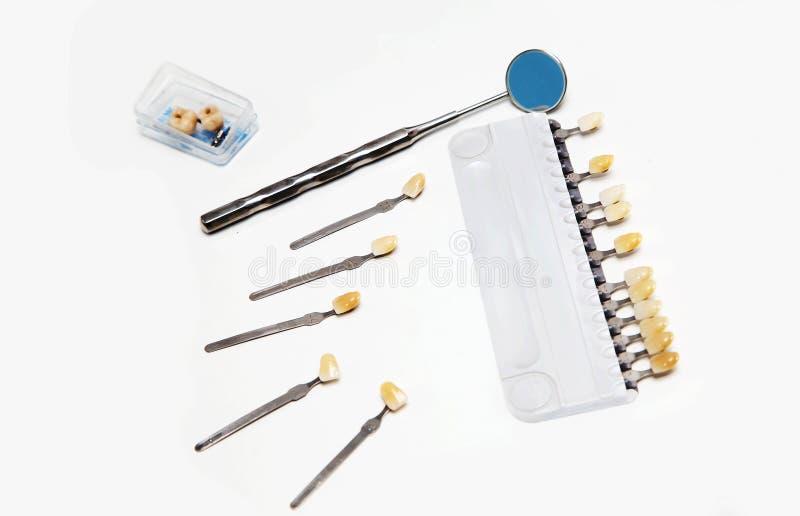 牙齿颜色指南和镜子小盒子有假牙的 库存图片