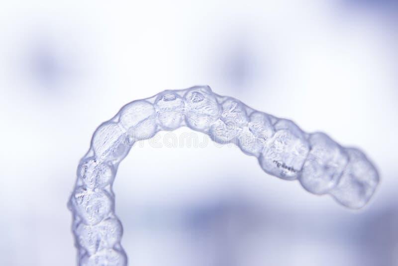 牙齿直线对准器牙保留无形的括号 免版税库存照片