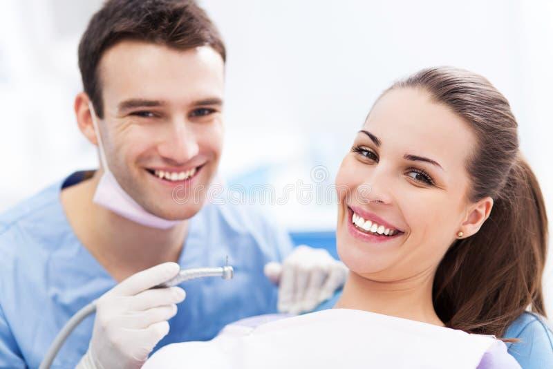牙医和患者在牙医办公室 免版税图库摄影