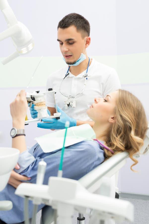Download 牙医和患者 库存照片. 图片 包括有 妇女, 宾果游戏, 椅子, 牙科医生, 医学, 统一, 白种人, 模子 - 72370342