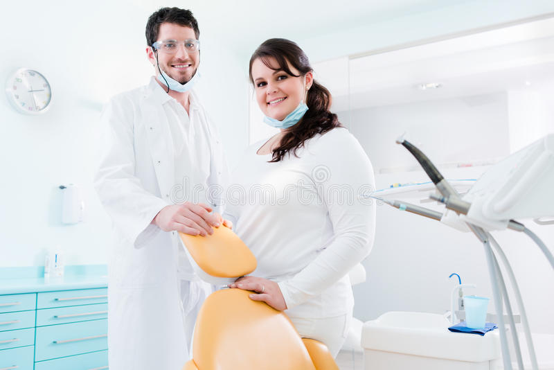 牙医和护士他们的诊所的作为队 库存图片
