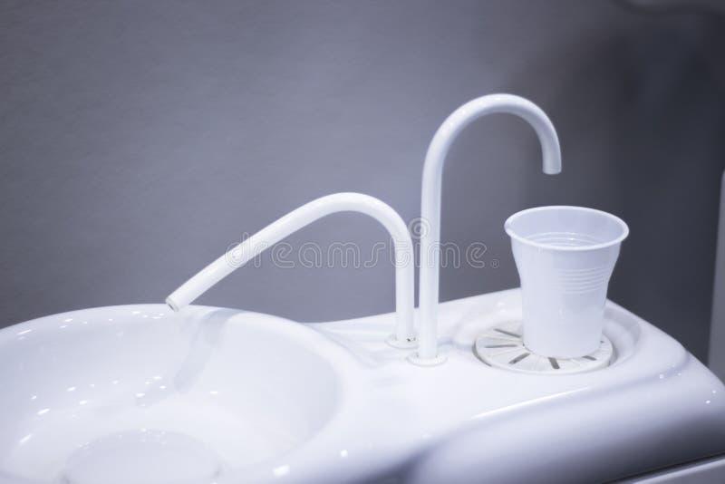 牙医椅子冲洗水池 库存图片