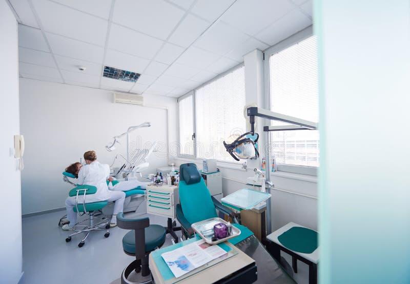 牙医的妇女患者 图库摄影