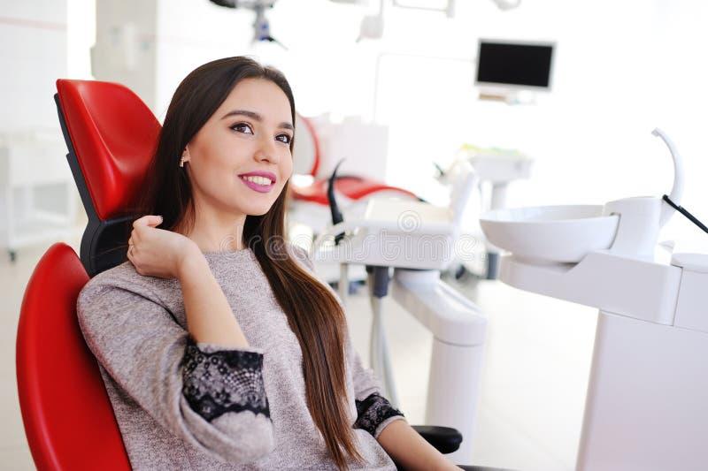 牙医` s椅子的美丽的女孩 免版税图库摄影