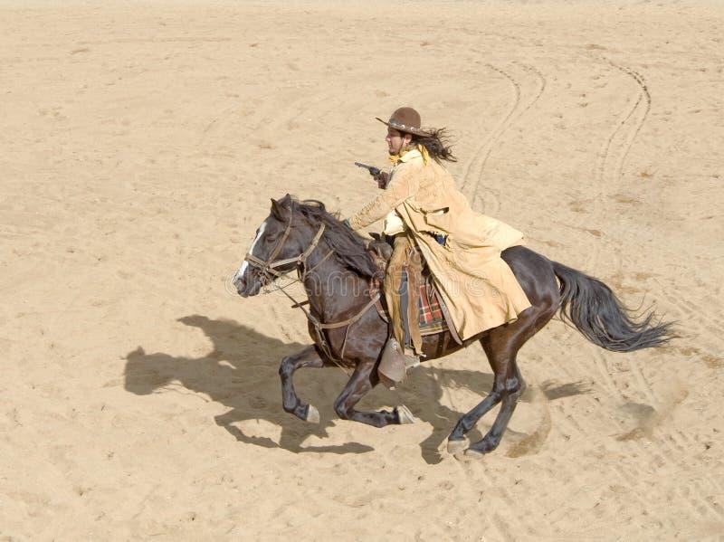 牛仔充分的疾驰骑马 免版税图库摄影