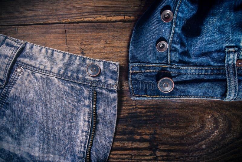 牛仔布在木桌上的棉花牛仔裤 库存照片