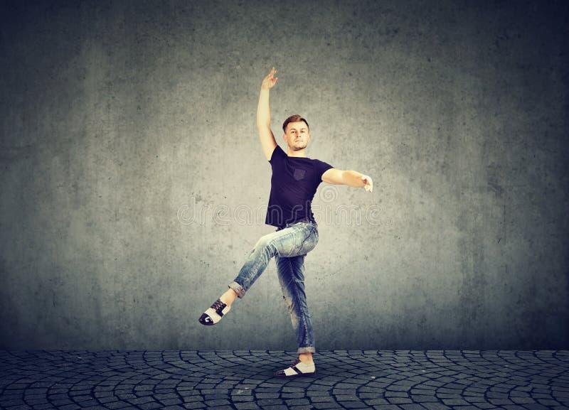 牛仔布衣物跳舞的时髦的年轻人 库存照片