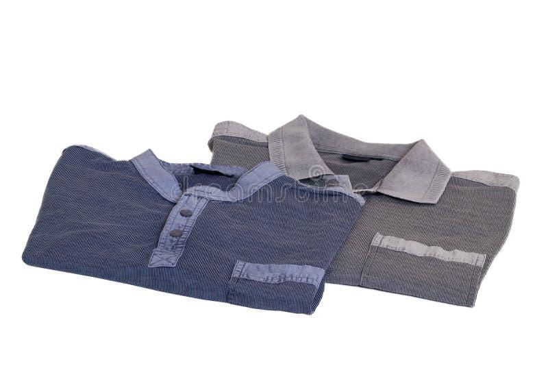 牛仔布衬衣隔绝了 一件时髦的镶边蓝色牛仔裤衬衣和一件灰色镶边球衣的特写镜头在白色隔绝的人的 免版税库存图片