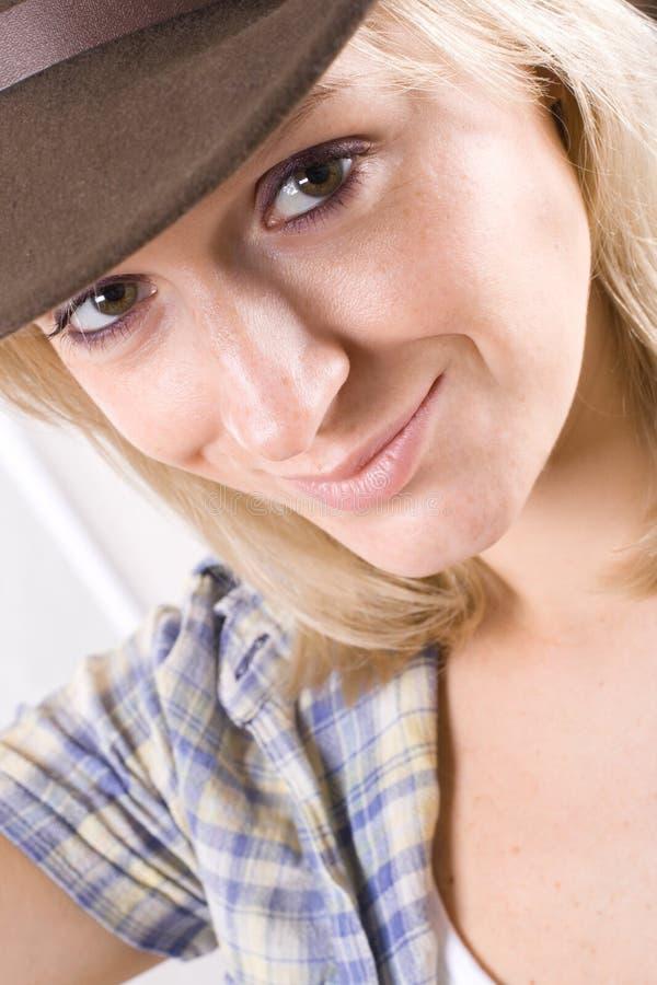 牛仔帽俏丽的衬衣西部妇女 免版税库存图片