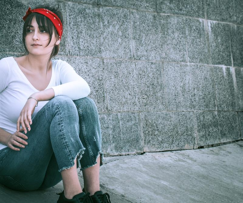 牛仔裤和一件白色T恤杉的女孩 免版税库存照片