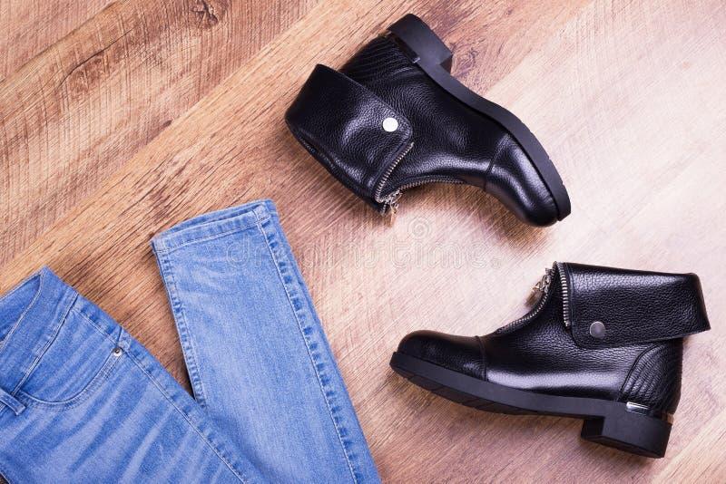 牛仔裤和鞋子在层压制品 免版税库存图片