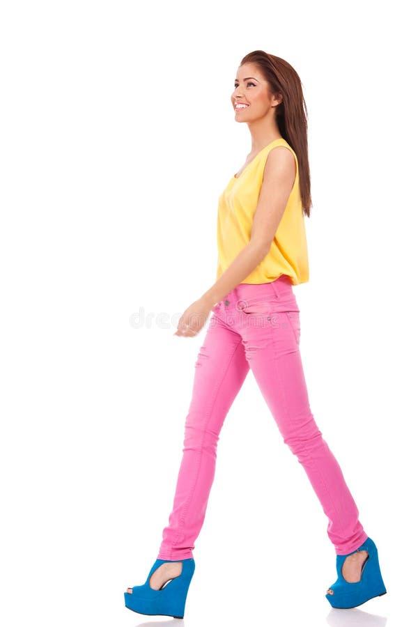 牛仔裤模型桃红色走 库存图片
