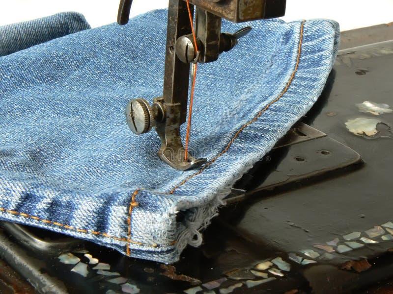 牛仔裤用机器制造缝合 免版税图库摄影