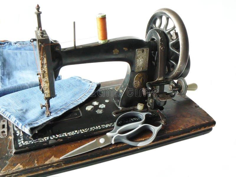 牛仔裤用机器制造缝合 免版税库存图片