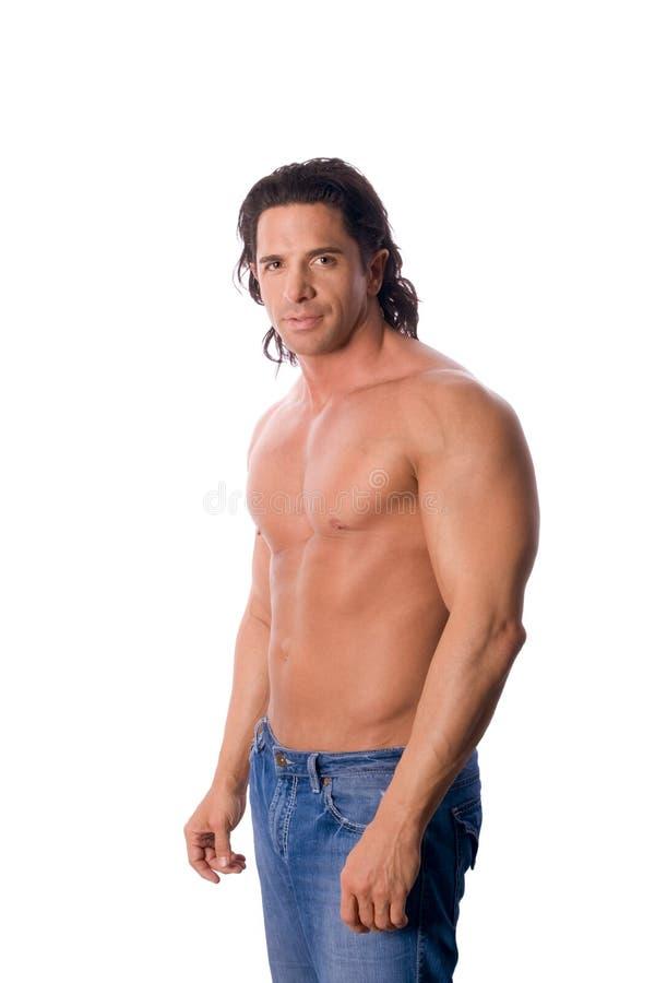 牛仔裤的英俊的肌肉赤裸上身的人 免版税库存照片