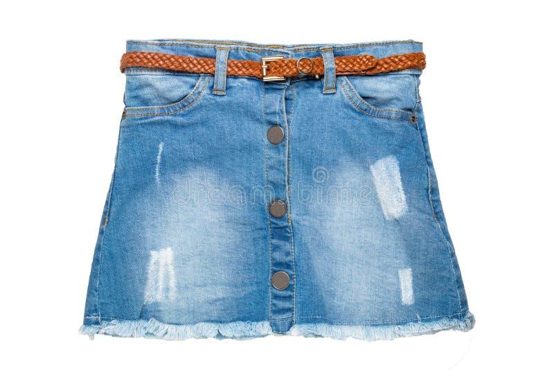 牛仔裤裙子 性感的短的蓝色牛仔裤裙子特写镜头有在白色背景隔绝的一条典雅的棕色皮带的 E 库存照片