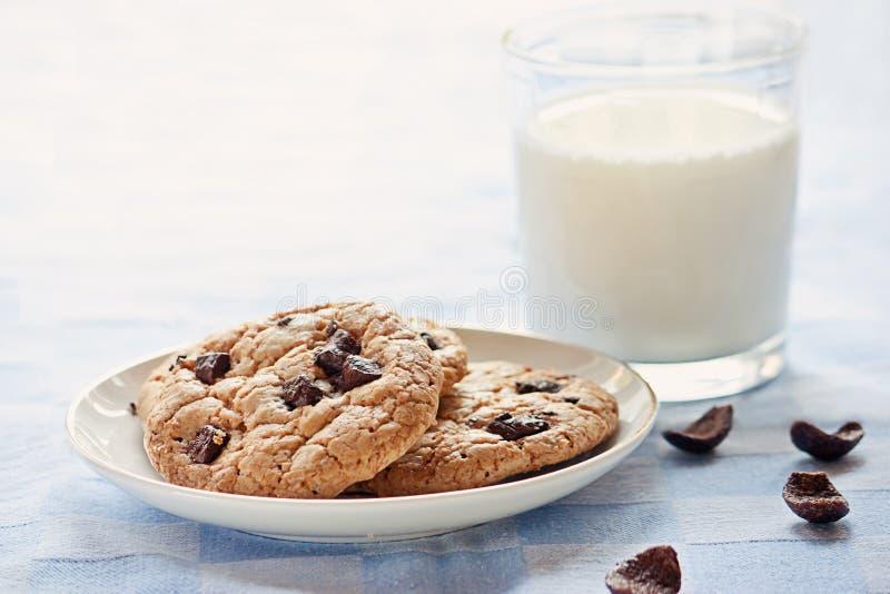 牛奶和曲奇饼 免版税库存照片