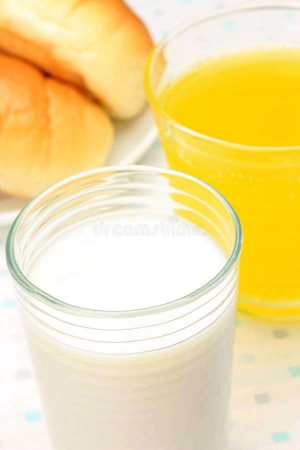 牛奶和橙汁 图库摄影