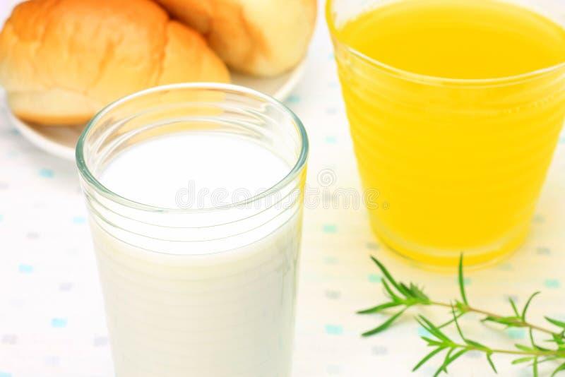 牛奶和橙汁 免版税库存照片