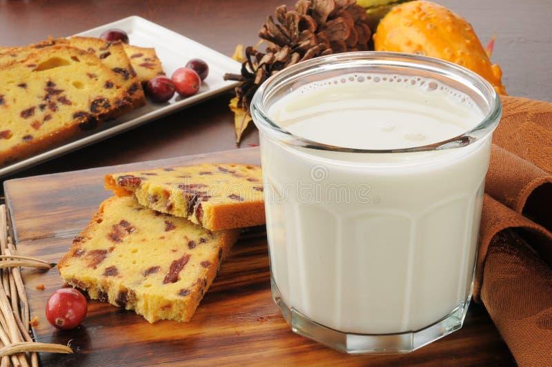 牛奶和蔓越桔面包 免版税库存照片