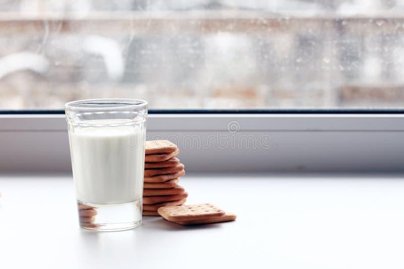 牛奶和薄脆饼干饮食玻璃  库存图片