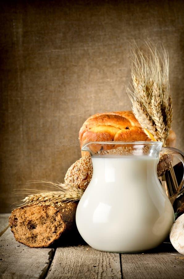 牛奶和面包 库存照片