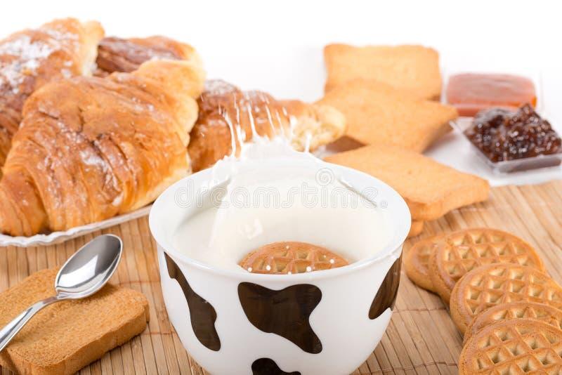 牛奶和饼干 库存照片