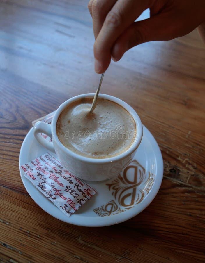 牛奶咖啡垂直视图 免版税库存照片