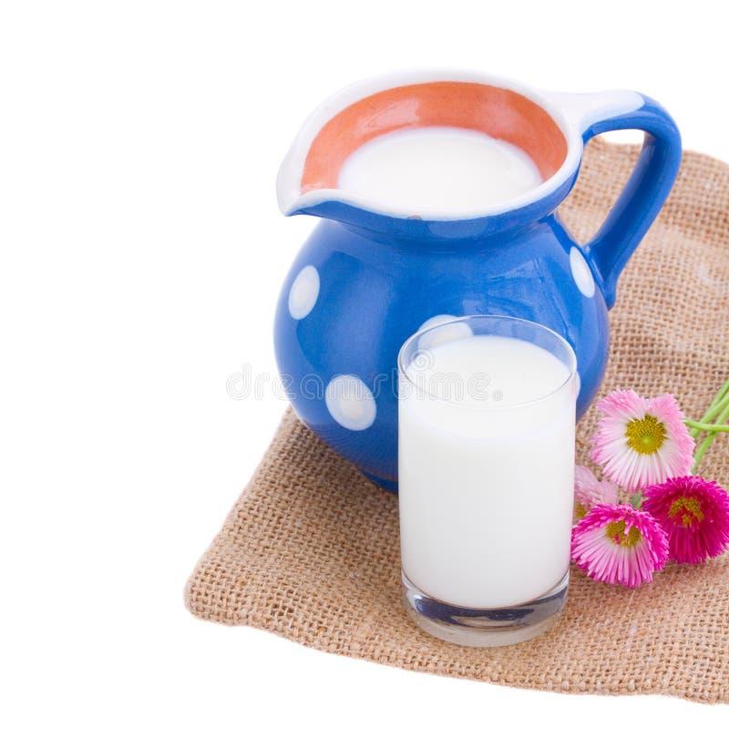 在投手和玻璃供食的牛奶 免版税库存照片