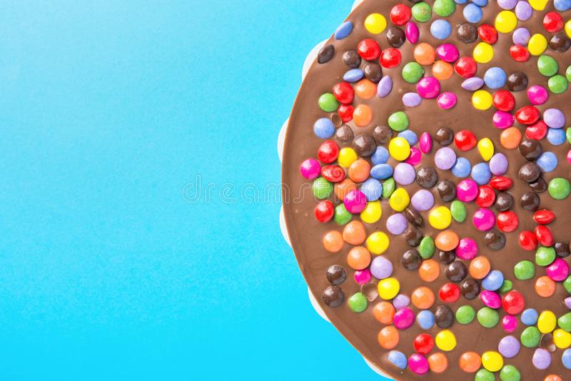 牛奶巧克力生日蛋糕用多彩多姿的给上釉的糖果洒 党庆祝哄骗乐趣快乐的心情 背景看板卡祝贺邀请 免版税库存图片