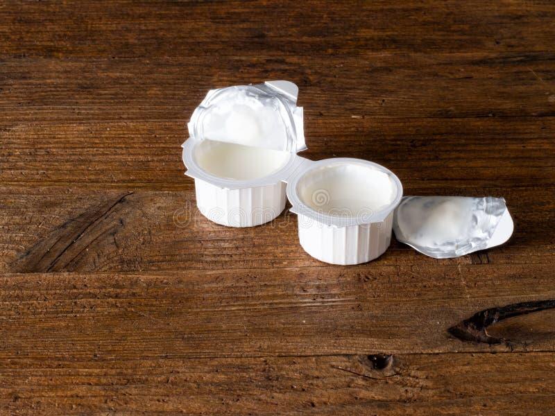 牛奶或牛奶替代品部分- uht咖啡盛奶油小壶 免版税库存照片