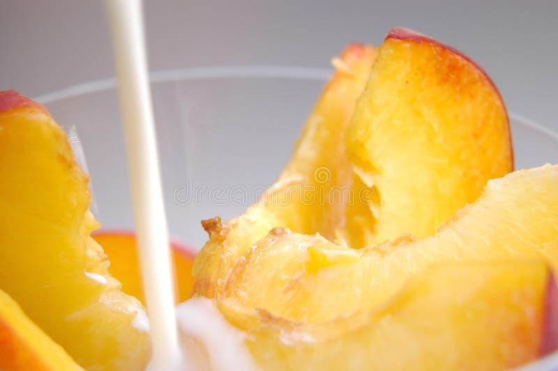 牛奶桃子片式 库存照片
