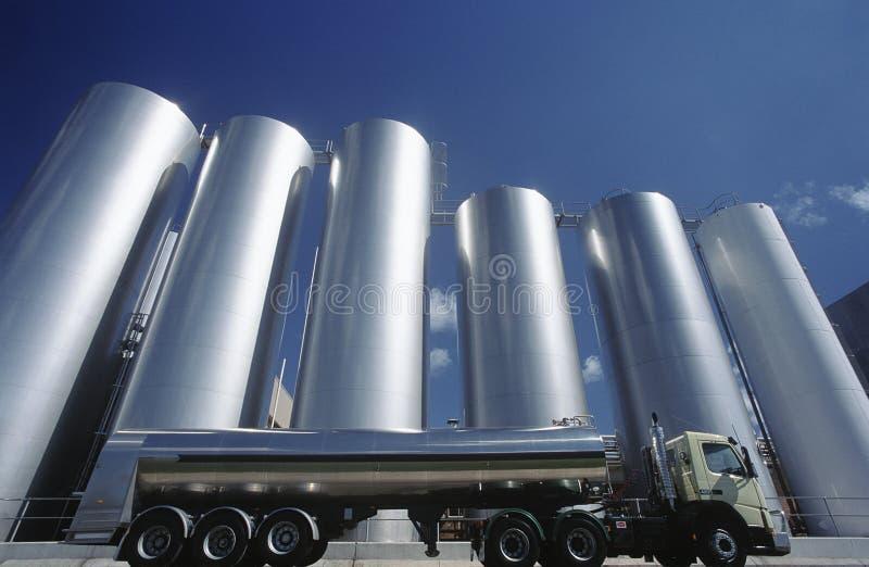 牛奶沿着储存箱停放的运输卡车 库存照片