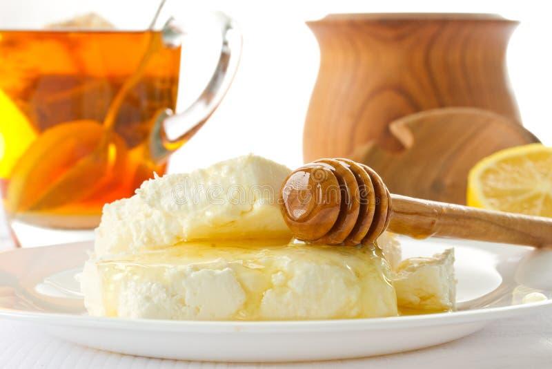 牛奶酸奶干酪用蜂蜜 免版税库存照片
