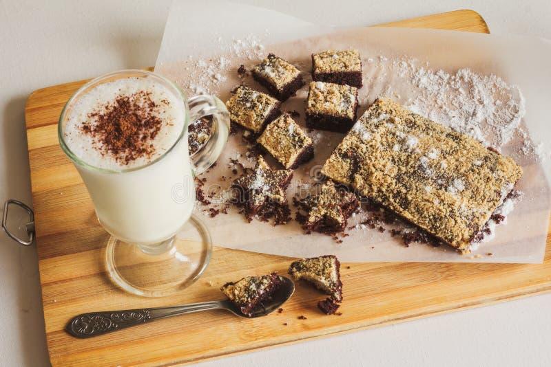 牛奶鸡尾酒用在桌上的巧克力曲奇饼 免版税库存照片