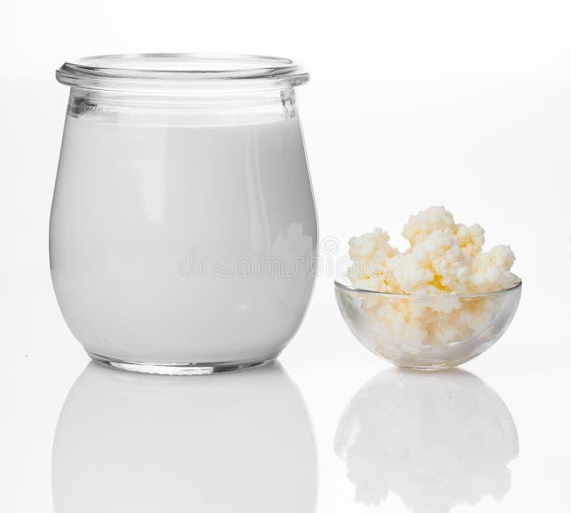 牛奶 牛奶kefir,即búlgaros,是源自高加索山脉的发酵奶饮料,由kefir制成 库存图片